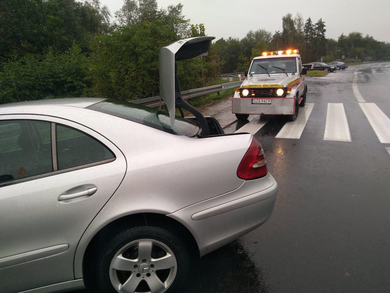 Mercedes wypadł z drogi krajowej nr 8 - Zdjęcie główne