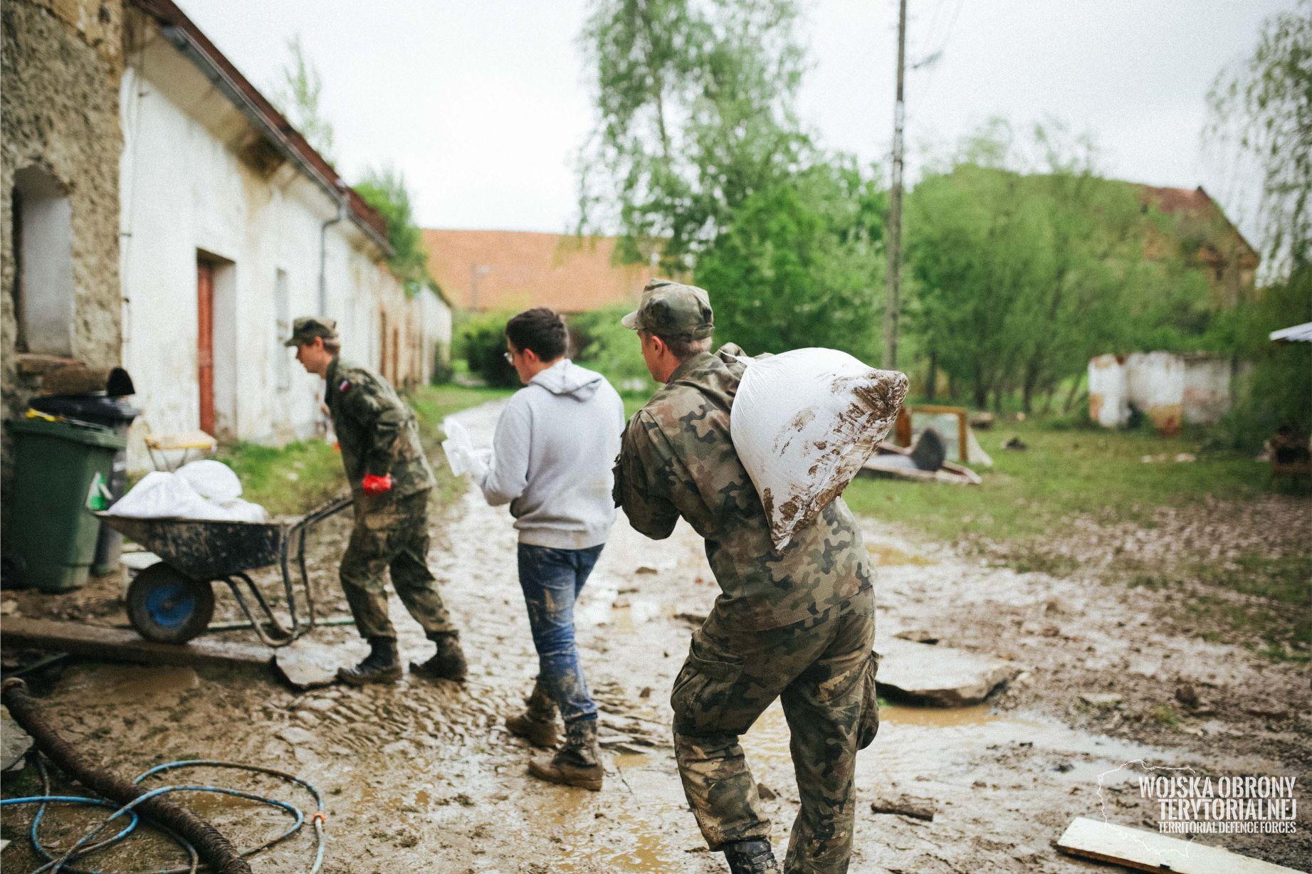 Ciepłowody: Żołnierze pomagają w usuwaniu skutków nawałnicy  - Zdjęcie główne