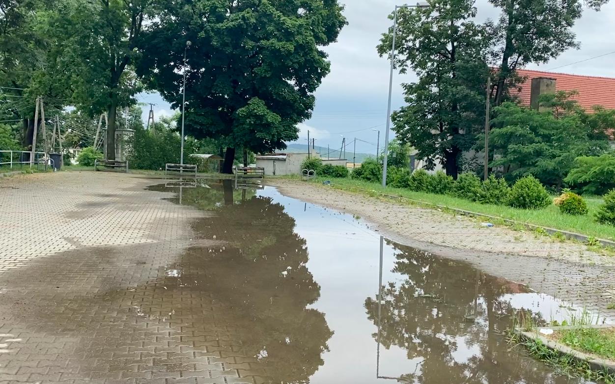 Powiat ząbkowicki. Zalane domy, osunięta skarpa, nieprzejezdne drogi - Zdjęcie główne
