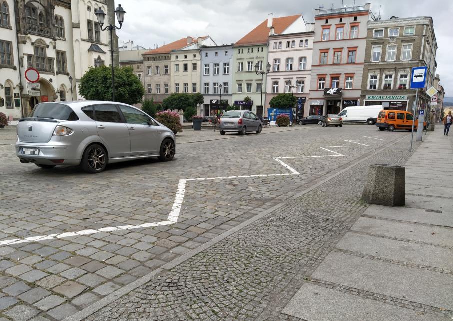 Autobusy zabrały parkingi, miasto wyznaczy nowe - Zdjęcie główne