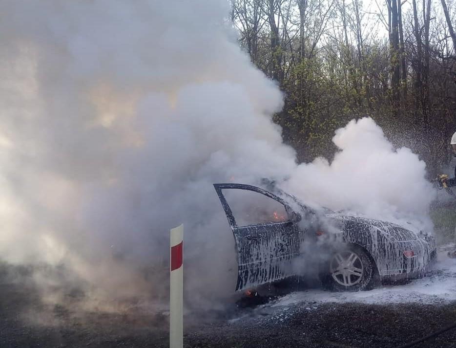Gmina Złoty Stok: Pożar samochodu osobowego w Mąkolnie - Zdjęcie główne