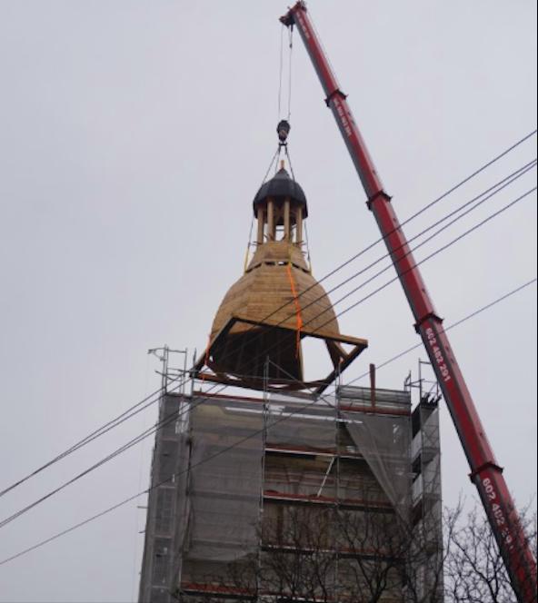 Złoty Stok. Nowa kopuła na wieży kościoła - Zdjęcie główne